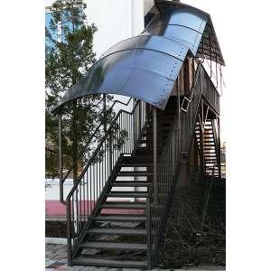 Металлическая лестница с навесом