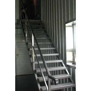 Прямая лестница из металла